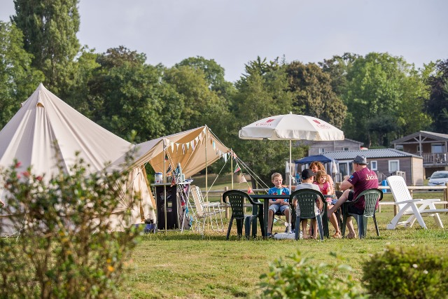 Camper en famille en Normandie dans le parc d'un Château
