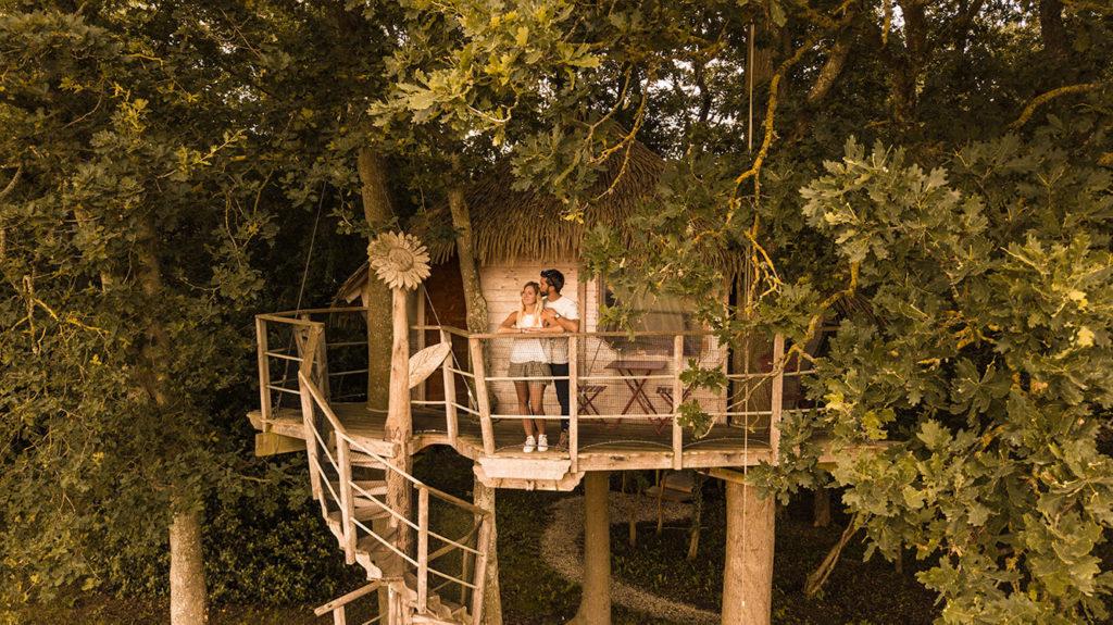 couple amoureux en cabane dans les arbres