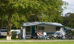 Gestabiliseerde kampeerplaats voor grote camper, in de buurt van Jullouville