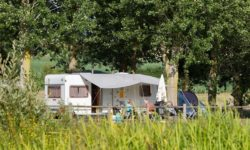Emplacement Standard pour tente et van dans le parc du château