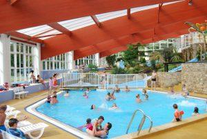grande piscine couverte toboggan