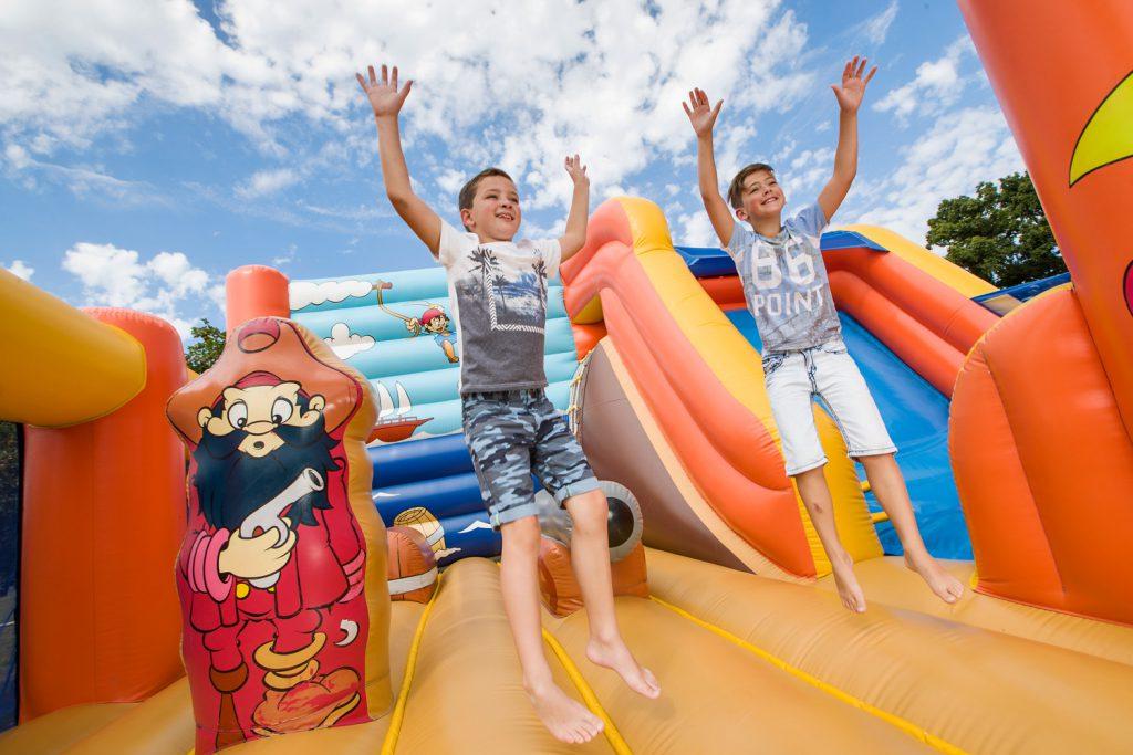 Jeux gonflables enfants camping lez eaux