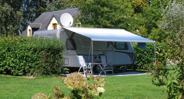 Gestabiliseerde kampeerplaats voor grote camper, in de buurt van Jullouville - Emplacement de camping Château de Lez-Eaux normandie