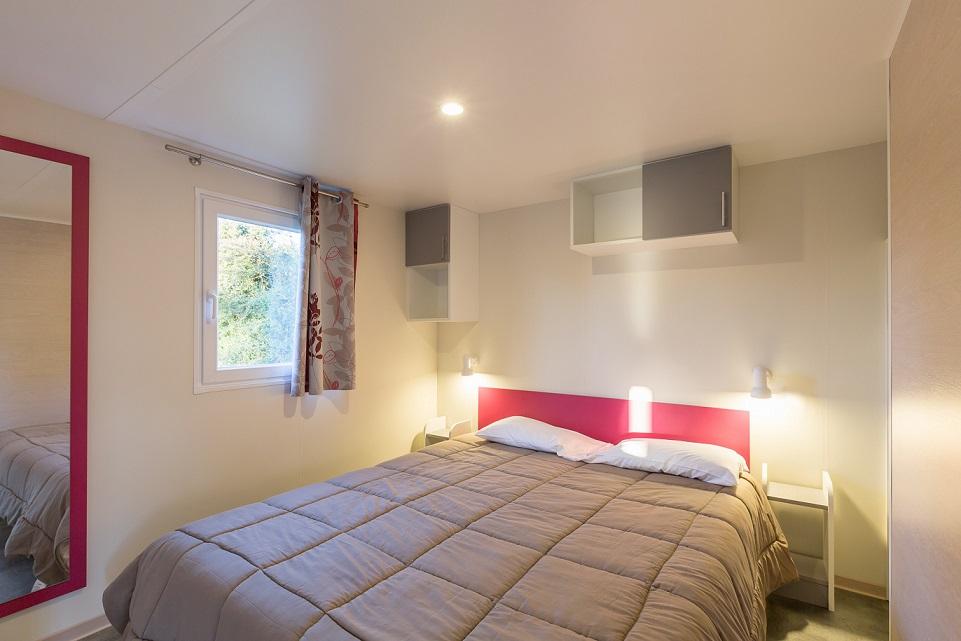 chambre parentale lit double bungalow 4 personnes