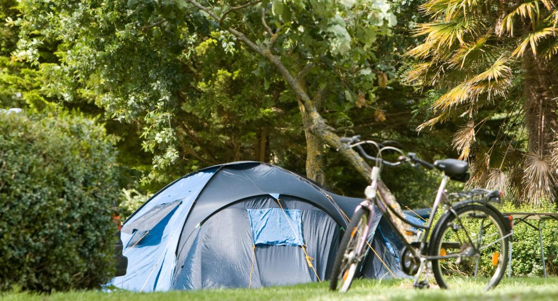 Emplacement Standard pour tente et van dans le parc du château - emplacement camping calme détente tente