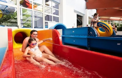 enfants dans toboggans piscine couverte camping