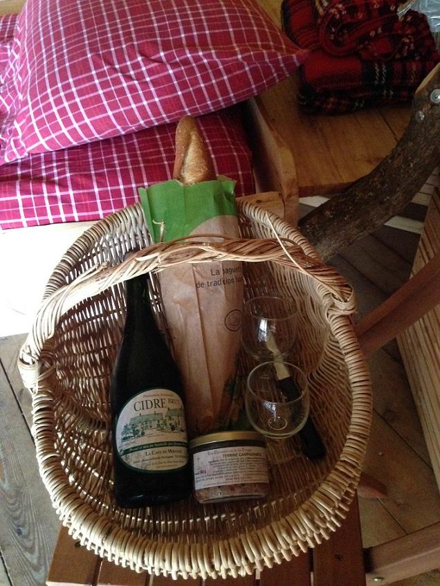 Panier du terroir normand: cidre, paté baguette