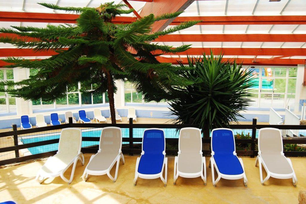 piscine intérieure transat