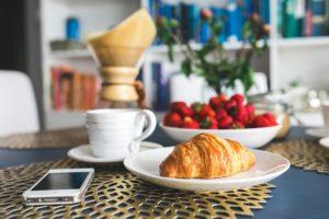 table petit déjeuner croissant