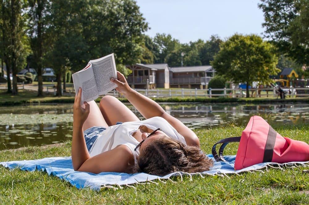 femme lecture bord de l'eau