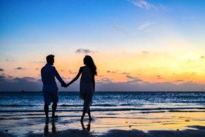 couple coucher de soleil mer plage